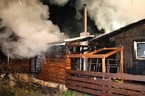 Požár dřevěné chaty v Beskydech, v obci Ostravice, v noci z neděle na pondělí.