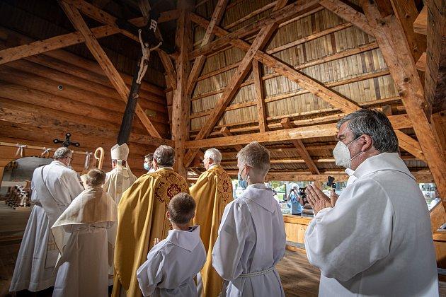 První bohoslužba vreplice požárem zničeného dřevěného kostela Božího těla vTřinci-Gutech se konala vneděli 6.června 2021.
