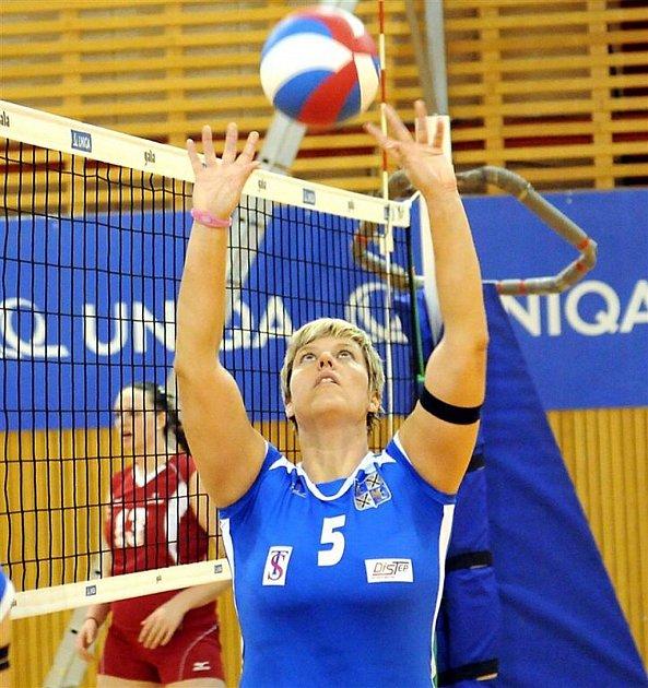 Jelikož se extraligovým volejbalistkám Frýdku-Místku  zranila nahrávačka, zahrá- la si proti pražskému Olympu itrenérka sokolek Alexandra Dedková.