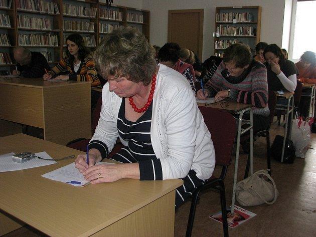 V knihovně v Mostech u Jablunkova si na konci ledna opět napsali oblíbený diktát. Akce se letos konala už popáté. Diktát si napsala i Hedvika Onderková (v popředí).