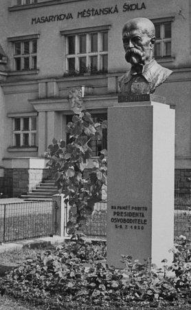 Původní busta na fotografii z30. let.