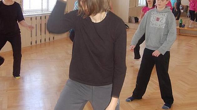Lektorka afrických tanců Marcela Sovadinová (vepředu) předvedla své umění 29. ledna ve Středisku volného času Klíč ve Frýdku-Místku.