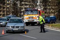 Nehoda osobních aut na kruhovém objezdu u Tesca na Beskydské ulici ve Frýdku-Místku, 4. dubna 2020.
