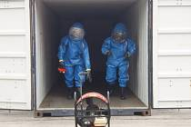 Ukázkové cvičení hasičů-specialistů na chemii pro dvě desítky vybraných celníků z celého Moravskoslezského kraje.