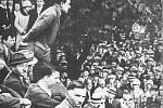 ANTONÍN ZÁPOTOCKÝ mluví při projevu ke stávkujícím dělníkům Karlovy huti na táboru lidu ve Sviadnově v roce 1931. Karlova huť byla významným střediskem dělnického hnutí v regionu.