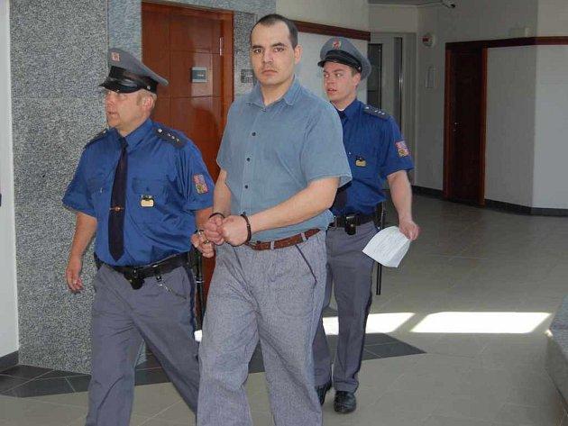 Eskorta přivádí k soudu Waldemara Macheje. Muž z Třince byl opět odsouzen za ublížení na zdraví.