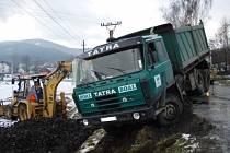Tatra, pod níž se utrhla krajnice, skončila na pravém boku pod silnicí v Bocanovicích.