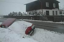 Tento vůz havaroval na kopci v Sedlištích. V příkopě byl celý víkend, aniž by se ho majitel snažil vytáhnout.