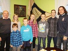 Starosta obce Nošovice Miroslav Kačmarčík (zcela vlevo) přivítal ve společenské místnosti obecního úřadu talentované sportovce z Nošovic.