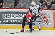 Finále play off hokejové extraligy - 2. zápas: HC Oceláři Třinec vs. HC Kometa Brno, 15. dubna 2018 v Třinci. (vlevo) Linhart Tomas a Hruška Jan.