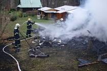 Při rozebírání konstrukce a dohašování pátečního požáru dřevěné chatky v Malenovicích objevili hasiči ohořelé torzo člověka.