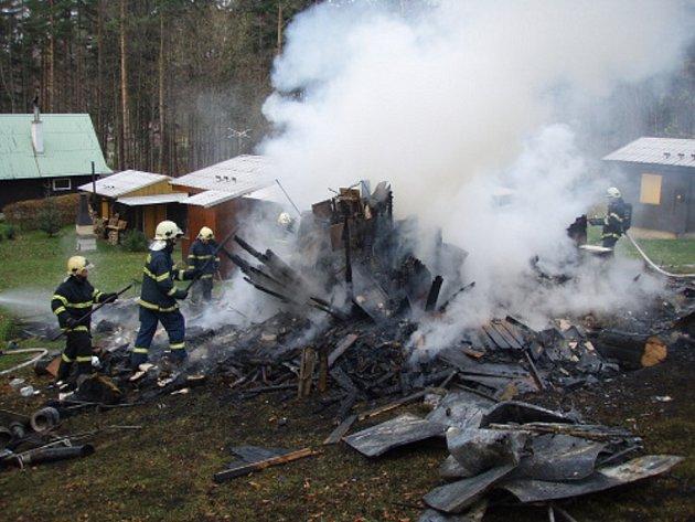 Při rozebírání konstrukce a dohašování požáru dřevěné chatky v Malenovicích objevili hasiči ohořelé torzo člověka.