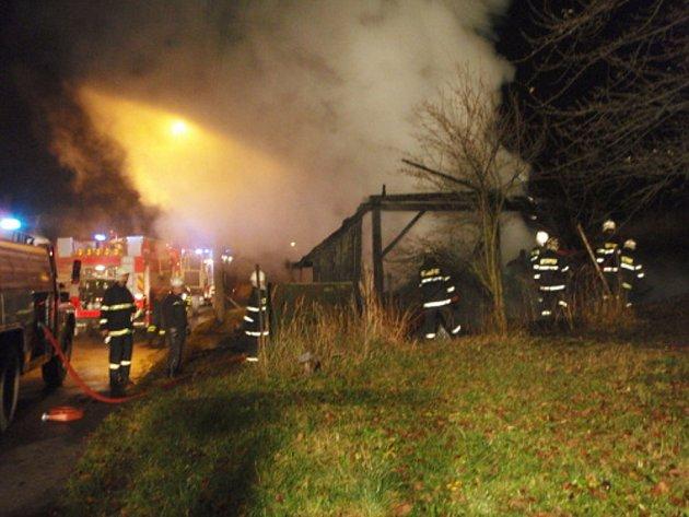 Pět jednotek hasičů zasahovalo v pátek večer u požáru dřevěného hospodářského objektu v obci Staříč.