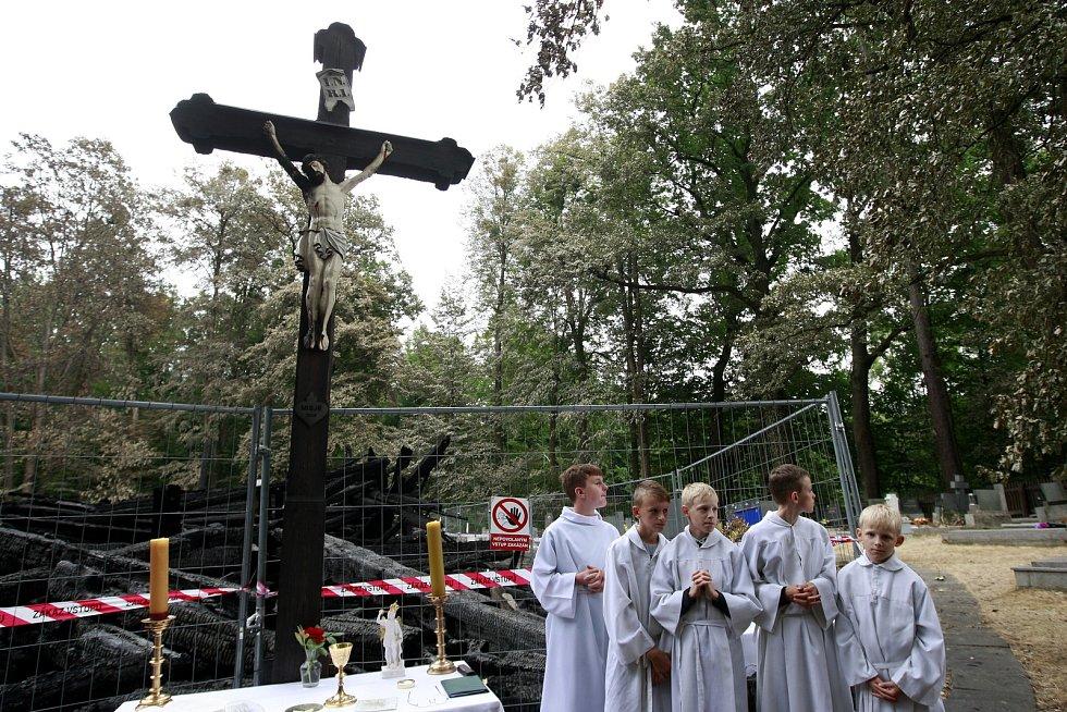 Mše v Gutech na místě, kde vyhořel dřevěný kostelík.