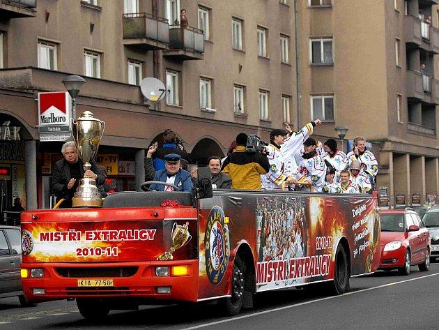 Jízda třineckých mistrů extraligy městem, speciálním autobusem.