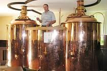 O kvalitu zlatavého moku se v Horní Lomné denně stará sládek Roman Jopek. Pivo vaří v noci, a to celých deset hodin.