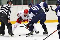 Prvoligoví hokejisté HC Frýdek-Místek (v bílém) pokračují v přípravě na novou sezonu ve vítězném duchu. Před více jak tisícovkou fanoušků zdolali slovenského extraligistu z Martina.