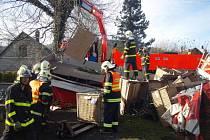Nákladní automobil Renault ze Slovenska, který vezl do Frýdlantu nad Ostravicí součástky pro autosedačky, skončil vpravo v příkopu, kde narazil do betonového sloupu elektrického vedení. Řidič vyvázl pouze s několika škrábanci.