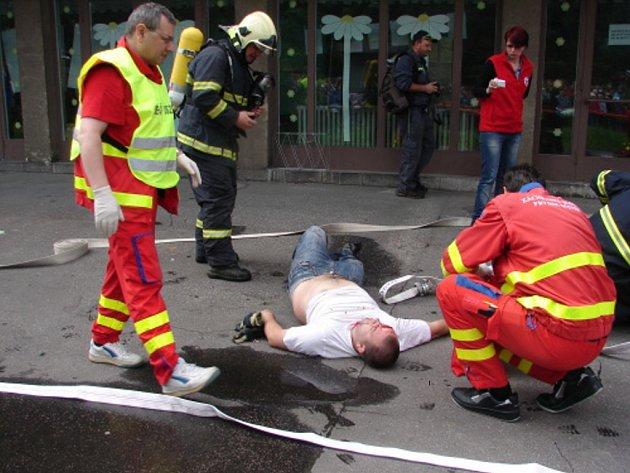 Cvičení hasičů motivované explozí kotelny v raškovické základní škole.