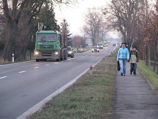 Stávající hlavní tah v Třinci-Neborech. Nová silnice I/11 nemusí být v provozu ani v roce 2013.