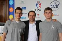Domácí naděje Ondřej Voleník (vlevo) a Patrik Bartoš (vpravo) s ředitelem turnaje Martinem Strnadelem.