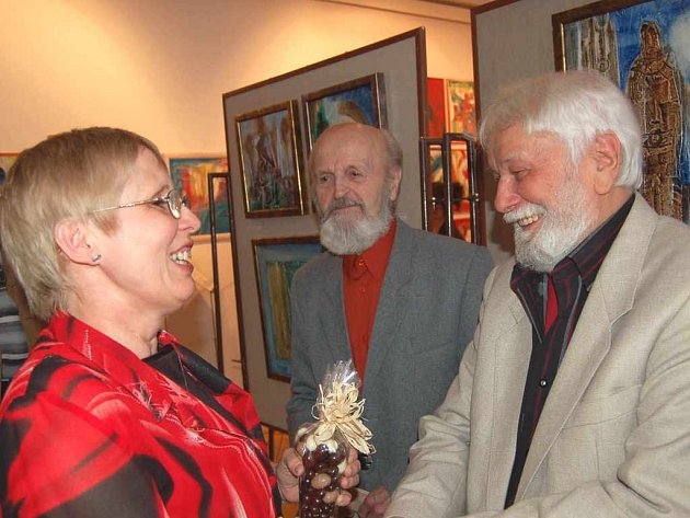 Josef Novický(zcela vpravo) přijímá gratulace. Za ním se mu chystá popřít třinecký malíř a sochař Rudolf Štafa.
