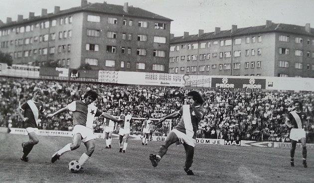Fotbalisté Válcoven plechu  Frýdek-Místek na úvod ligové sezony prohráli na hřišti  pražské Slavie 2:0. V hlediš- ti se tehdy tísnilo přes dvacet  tisíc fanoušků.