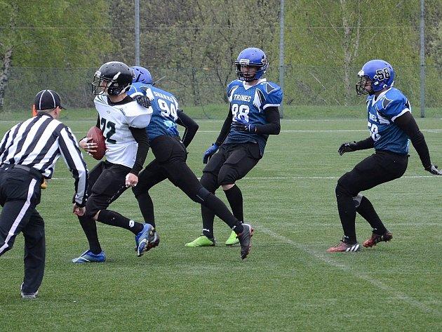 Američtí fotbalisté z Třince (tmavší dresy) po Teplicích a Pardubicích (snímek je z tohoto utkání) zdolali také Zlín.