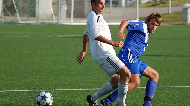 Lískovecký obránce Tomáš Staník (v bílém) svádí souboj o míč s domácím útočníkem Erikem Tvardkem.