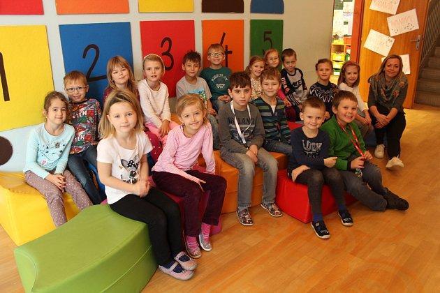 Snímek zachycuje třídu 1.Aze základní školy vDobré. Třídní učitelkou je Petra Svobodová.