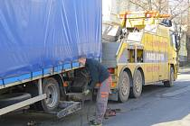 Odtah nákladního automobilu ze zákazu zastavení.