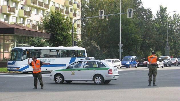 Kvůli frézování vozovky se ve středu 23. září tvořily za křižovatkou U vykopnutého ve Frýdku-Místku dlouhé kolony vozidel.