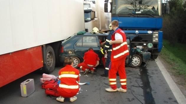 Záchranáři měli při vážné dopravní nehodě ve Vendryni, při které byla zraněna celá rodina, plné ruce práce.