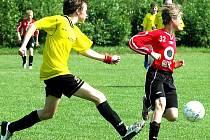 Kunčický Jakub Jaroš (vlevo) odkopává míč před hráčem Finska.