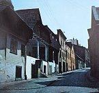 Snímky zachycují proměnu Hluboké ulice pod frýdeckým náměstím. Ke konci sedmdesátých let minulého století byly staré měšťanské domy ve zchátralém stavu, postupně se však dočkaly rekonstrukce. Ulice tak patří k nejmalebnějším ve městě.