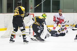 Hokejisté Frýdku-Místku (světlejší dresy) porazili na domácím ledě nováčka ze Sokolova 5:3.