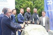 Zástupci investora, stavbařů i radnice poklepali na základní kámen.