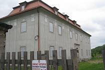 Opravený zámek v Ropici.