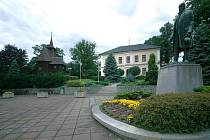 Náves v Hodslavicích se sochou Františka Palackého.