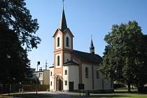 Za kaplí Jana Nepomuckého se nachází sviadnovský hřbitov.