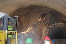 Ražba tunelu v Mostech u Jablunkova. Na snímku vpravo je vidět původní tunel.