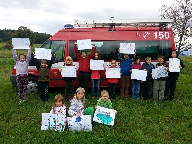 Lubenské děti nakreslily frýdlantské starostce Heleně Pešatové obrázky, na kterých ukazují, co vše by chtěly na novém hřišti mít.