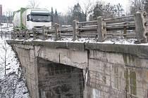Oprava starého mostku na hlavním silničním tahu pod kopcem v Neborech na Třinecku, který postavili v roce 1950, začne už 15. března.