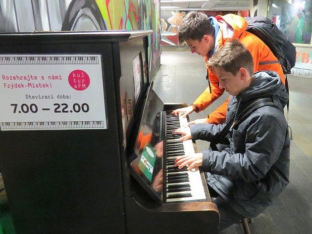 Klavír v takzvaném křížovém podchodu těší jak muzikanty, tak kolemjdoucí, kteří si mohou hru ostatních poslechnout. Včera si na něj zahrála třeba skupina mladých lidí.