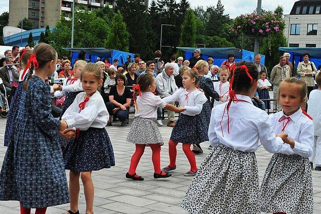 Za nebývalého zájmu veřejnosti proběhla v neděli 19. června Přehlídka národnostních menšin na náměstí Svobody v Třinci. Na snímku Čučorietky.