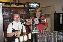 Číšnice z třinecké restaurace Burian, které Staszka znají. Vpravo Ivona Tydlitátová.