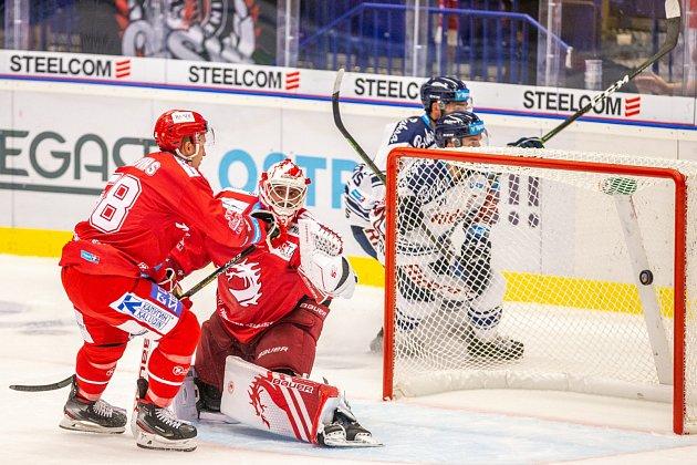 Zvýhry vderby se radovaly Vítkovice (vbílém), která šťastně otočily utkání sTřincem vsamém závěru zápasu.