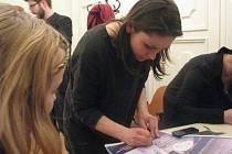 O koncert Lenky Dusilové a Beaty Hlavenkové byl ve čtvrtek 5. února v objektu frýdeckého zámku mimořádný zájem. Po vstupenkách se doslova jen zaprášilo. Po akci se úspěšná a nadaná zpěvačka ochotně podepisovala.