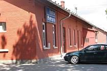 Budova na vlakové zastávce v Bystřici nad Olší slouží cestujícím jen v určitou dobu.