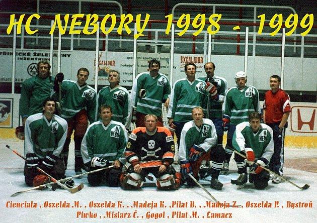 TÝM HC NEBORY vsezoně 1998/1999. Horní řada zleva: Cienciala, M. Oszelda, K. Oszelda, K. Madeja, B. Pilat, Z. Madeja, P. Oszelda, Bystroň, Piwko, Č. Misiarz, Gogol, M. Pilat, Lamacz.